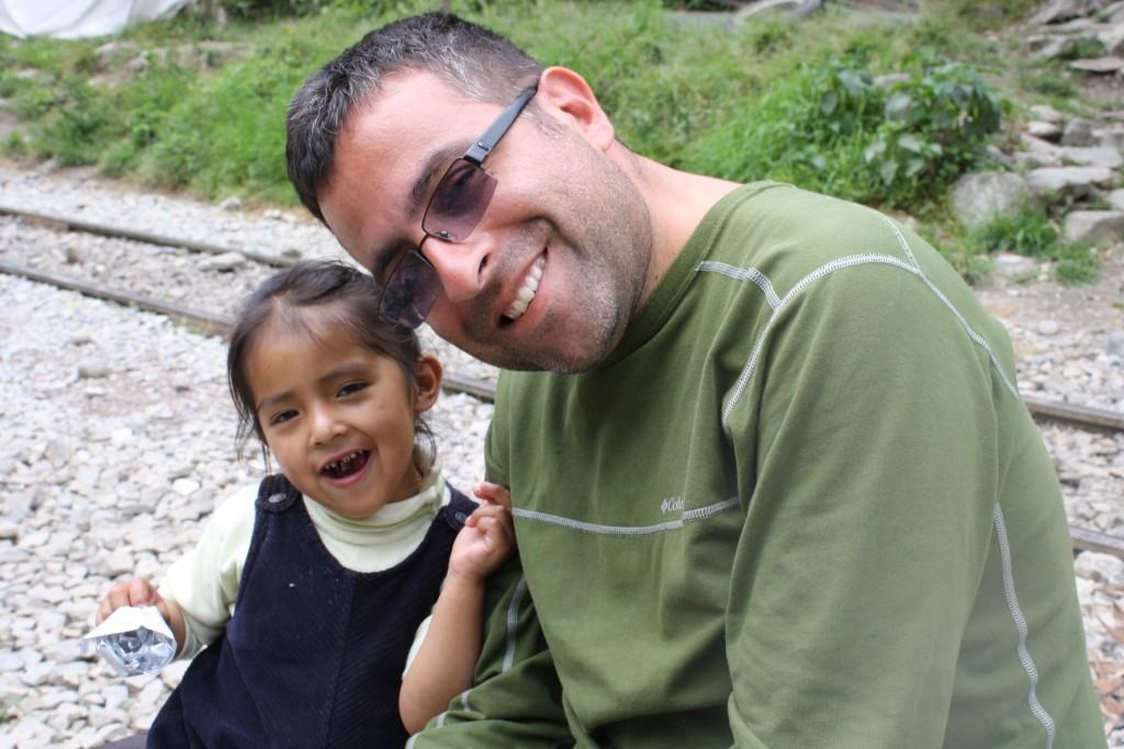 Prietenul Fernando cu una drintre fetiţele de la Hidroelectrica